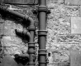 3 Signes que votre vieille maison a besoin d'une révision de la plomberie