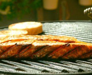 Comment nettoyer la grille du barbecue ?