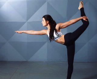 12 exercices de yoga pour mettre vos cuisses et vos hanches en forme